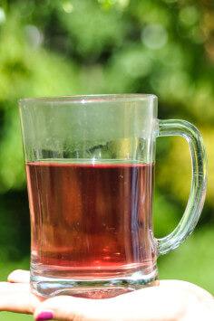 Tee mit Klatschmohnblüten gefärbt